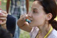 Kobieta myjąca zęby