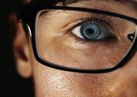 Osoba w okularach korekcyjnych