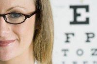 kobieta po badaniu u okulisty